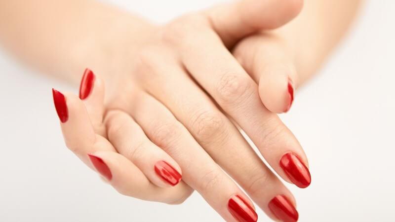 Behutsam und mit einer speziellen Nagelhautschere kann die Nagelhaut auch abgeschnitten werden