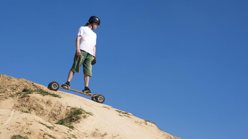 Das Downhillfahren bildet die Basis des Mountainboardings; weitere Fahrstile sind z.B. der Freestyle- oder der Parcours-Fahrstil