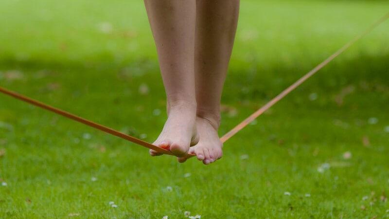 Das Slacklinen fördert Balance, Koordination und Konzentration - es gibt verschiedene Formen, die wir im Folgenden vorstellen