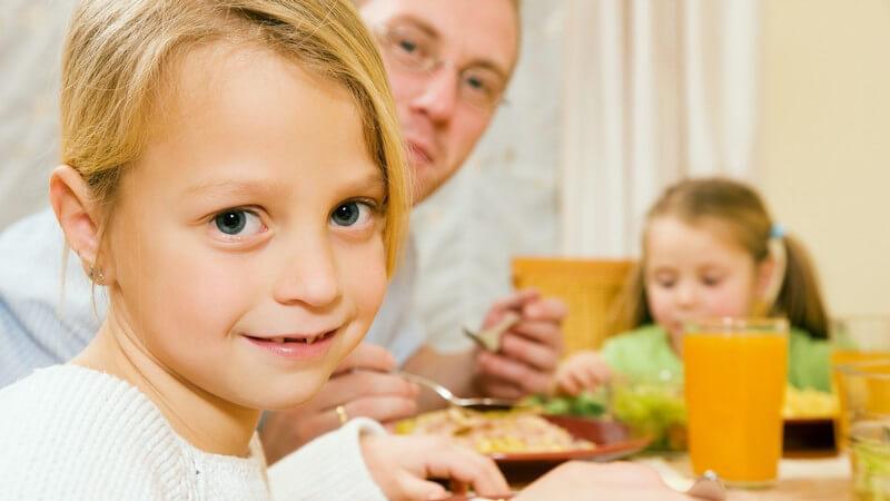 Essen im Kreis der Familie - abends passt dies zeitlich meist am besten und für den Familienzusammenhalt ist so ein gemeinsames Abendessen sehr wichtig