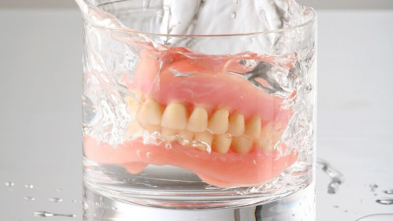 Die regelmäßige Reinigung des Gebisses oder von Zahnprothesen ist unumgänglich und unkompliziert zu gleich