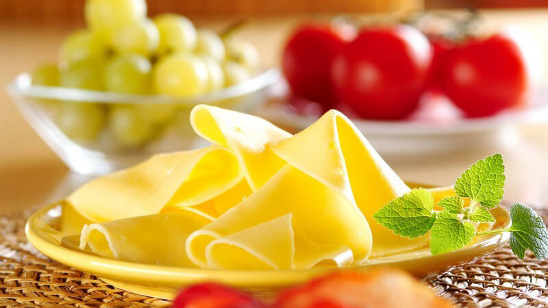 Mithilfe einiger einfacher Tricks kann man Käse und Wurst besonders appetitlich anrichten - besonders Früchte sind als Dekoelement immer gut geeignet