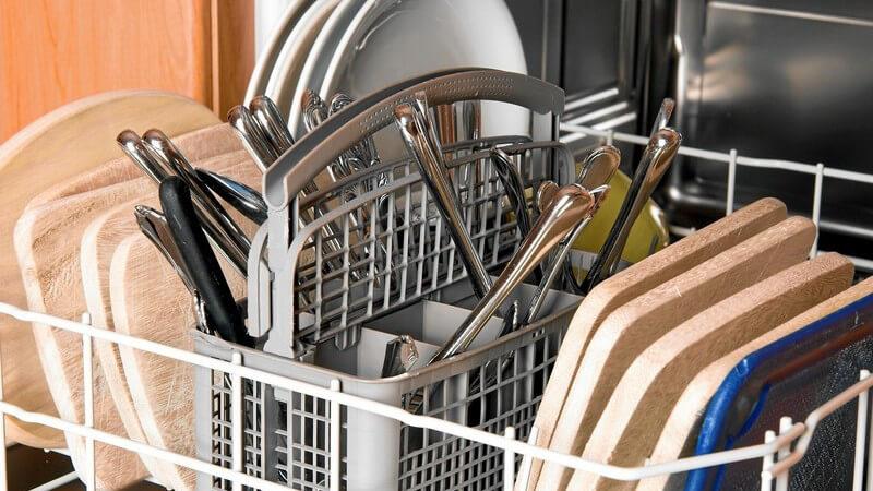 Je nachdem, welches Material verwendet wird, muss man bei der Reinigung von Backformen und -blechen verschiedene Punkte beachten