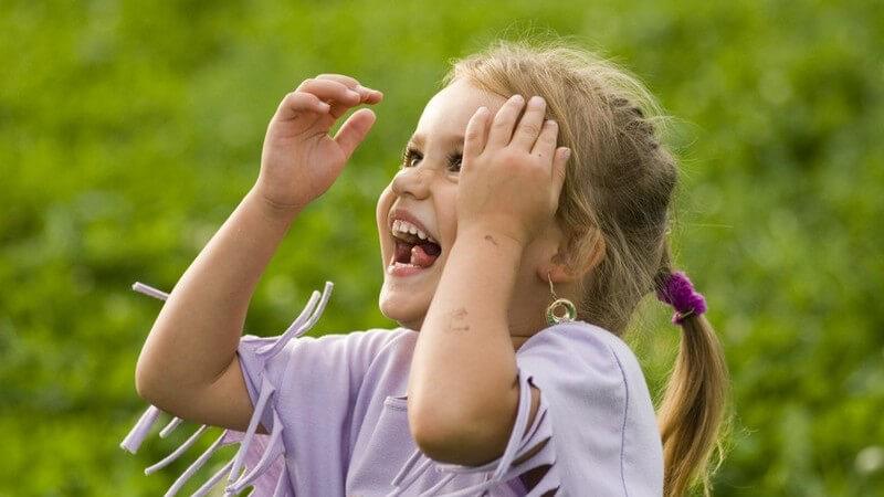 Schon kleine Kinder haben einen Sinn für Humor; wer Kindern Witze erzählt, sollte auf die passende Themenauswahl achten
