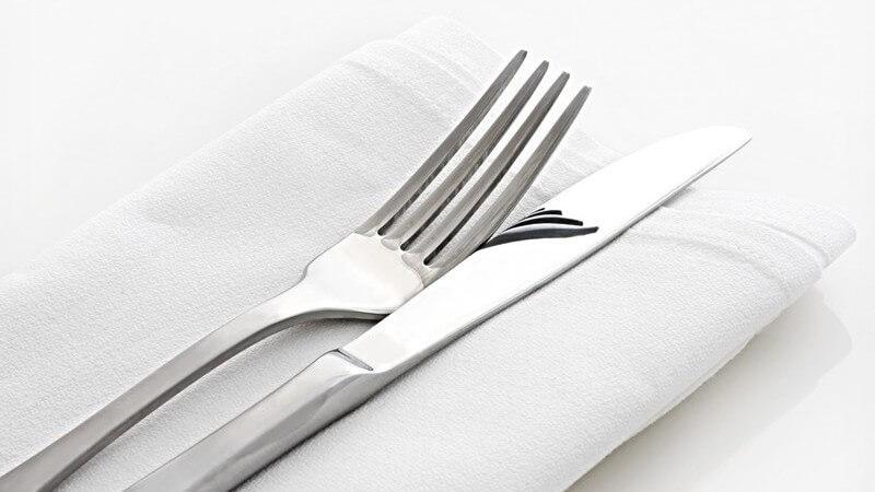 Neben der Grundausstattung kann das Besteck aus noch vielen Gabeln, Messern und Löffeln bestehen - wir zeigen, worauf es beim Eindecken ankommt