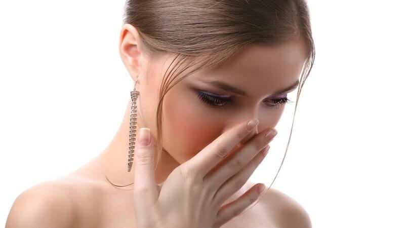 Die Zufuhr von reichlich Flüssigkeit ist sehr wichtig, um den Organismus durchzuspülen, ebenso helfen Kräuter und häufiges Zähneputzen