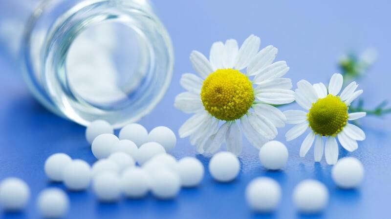 Die Homöopathie hält bei Zahnbeschwerden einige Mittel bereit