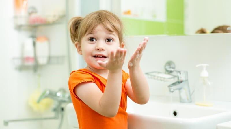 In puncto Handhygiene sollten Sie Ihrem Kind ein Vorbild sein und den Sinn dahinter erklären sowie veranschaulichen