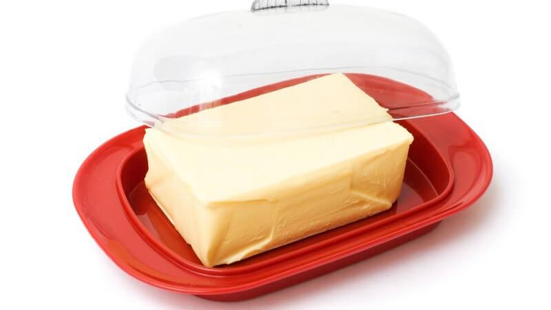 Butterdosen gibt es in zahlreichen Materialien, Farben und Formen, sodass sich für jeden Geschmack - und jeden Einrichtungsstil - das passende Modell finden sollte