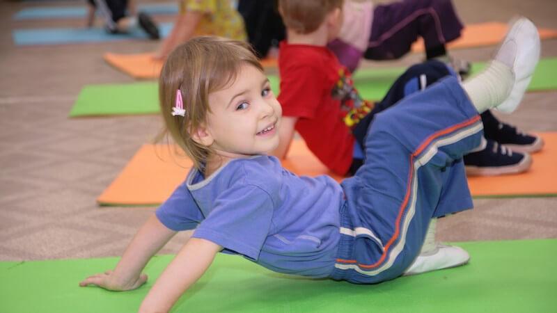 Als besonders geeignetes Hilfsmittel für Turnübungen mit Kindern gilt die Sprossenwand; auch Bälle sind beliebte Turngeräte