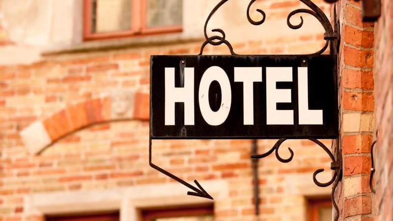Sich in einem Nachschlagwerk über vorhandene Hotels in einer Region informieren