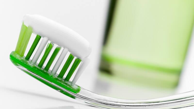 Glas, Kunststoff, Edelstahl: Zahnputzbecher aus den verschiedensten Materialien unterliegen einigen hygienischen Regeln