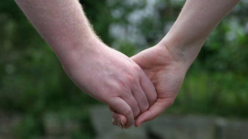 Die gesellschaftliche Entwicklung des Händchenhaltens und warum es das Zusammengehörigkeitsgefühl stärkt
