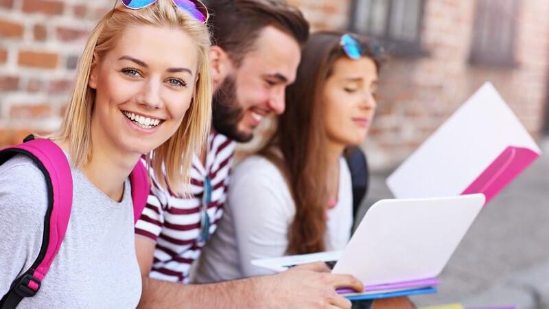 Motiviert und selbstdiszipliniert - Selbstkontrolle klappt besser im Freundeskreis