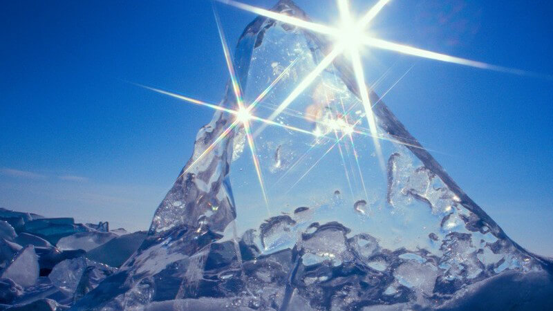Wer aus seinem Drink einen besonderen Hingucker machen möchte, kann diesen durch außergewöhnliche Eiswürfelformen und -farben ordentlich aufpeppen