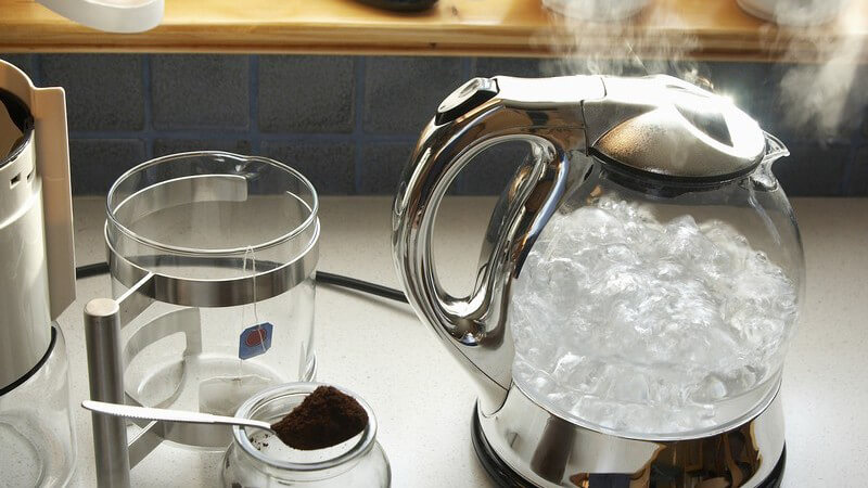 Mithilfe eines Entkalkers kann man Wasserkocher, Kaffeemaschinen, Duschköpfe, Wasserhahnsiebe, Amaturen, Fliesen, Bügeleisen, Duschen und Toiletten entkalken