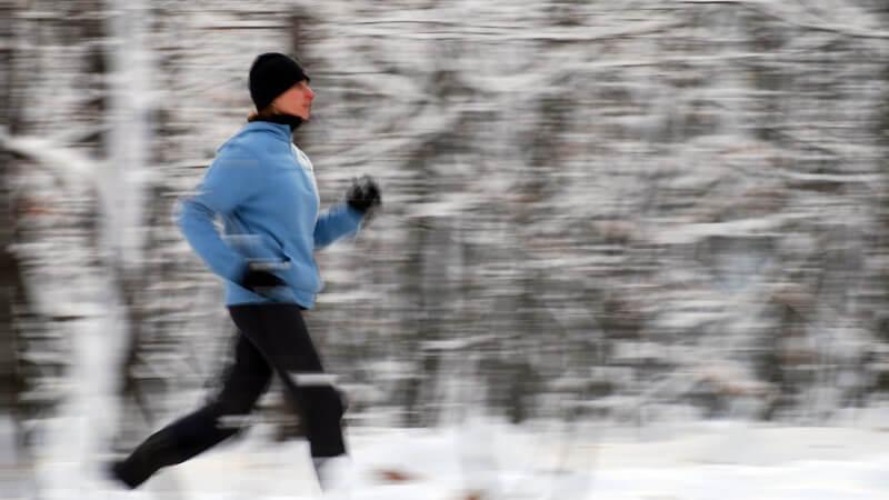 Raus an die frische Luft! - Das Joggen im Winter stärkt die Abwehrkräfte; wichtig ist, auf die richtige Kleidung zu achten, um sich nicht zu erkälten
