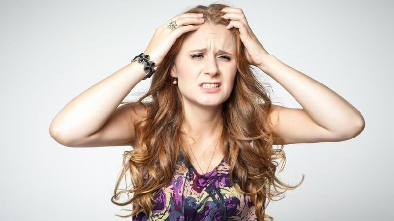 Wir nennen Ursachen von fettigen Haaren und geben Tipps, diese zu beseitigen