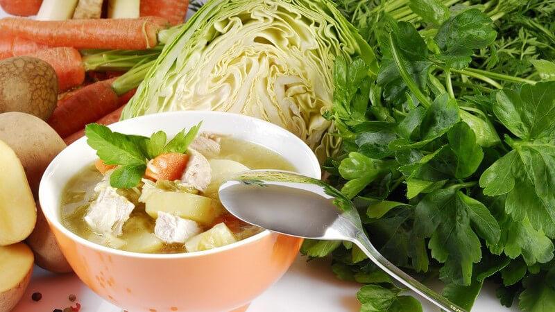 Schon mit frischen Kräutern oder bestimmten Gewürzen kann man eine Fertigsuppe geschmacklich aufwerten - ebenfalls beliebt ist auch die Zugabe von Gemüse oder Suppeneinlagen