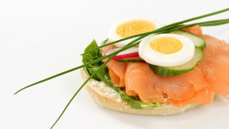 Ob mit Käse, Avocado oder Fleisch belegt - schön angerichtet, machen die kleinen belegten Brotscheiben was her und sind zudem sehr lecker