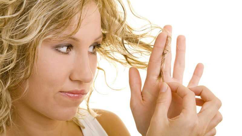 Wir erklären wie Haarbruch entsteht und ob bestimmte Haartypen eher gefährdet sind brüchig zu werden als andere