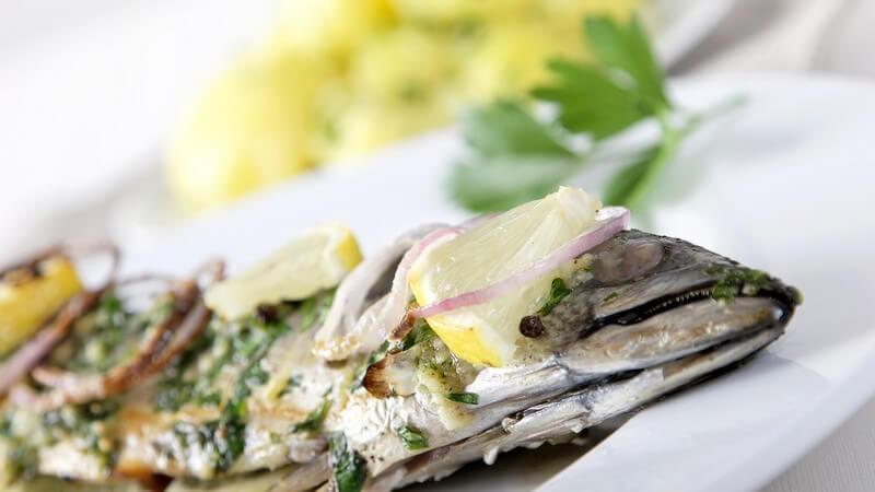 Zum Fischbesteck zählen eine spezielle Gabel sowie ein Messer - letzteres kann alternativ auch durch einen Gourmetlöffel ersetzt werden