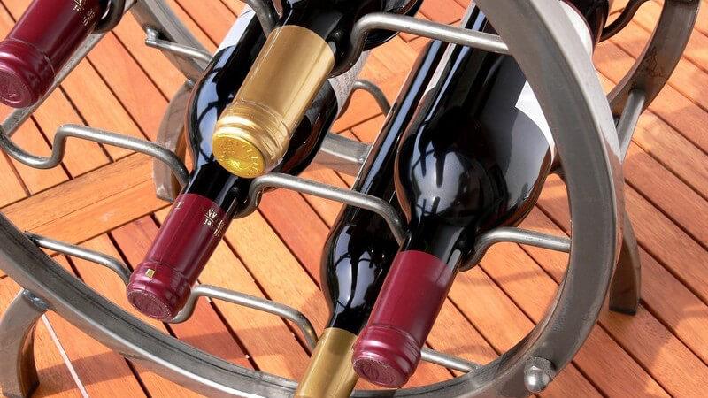 Um den Flaschenverschluss zu lösen, benötigt man mitunter einen Korkenzieher oder einen Flaschenöffner