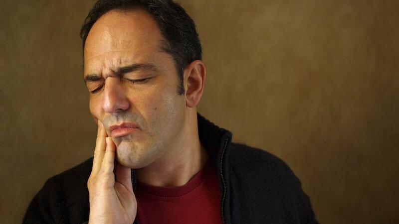 Bei richter Anwendung lassen sich Speisereste mit Hilfe des Zahnstochers aus den Zahnzwischenräumen entfernen