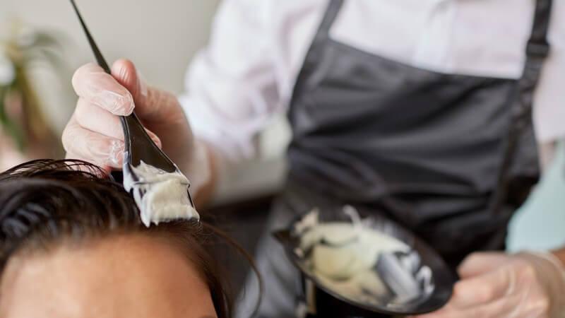 Wir erörtern, ob man sich die Haare selbst tönen bzw. färben kann oder ob und wann man dies lieber einem Profi überlässt