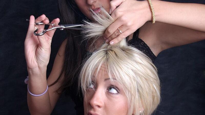 Wir erklären, wie oft die Spitzen bei verschiedenen Haartypen geschnitten werden müssen