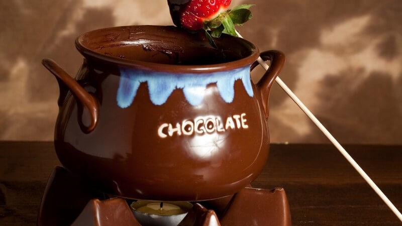 Wer es beim Fondue süßer mag, entscheidet sich für die Schokoladenvariante - das klassische Schokoladen-Fondue lässt sich auch variieren
