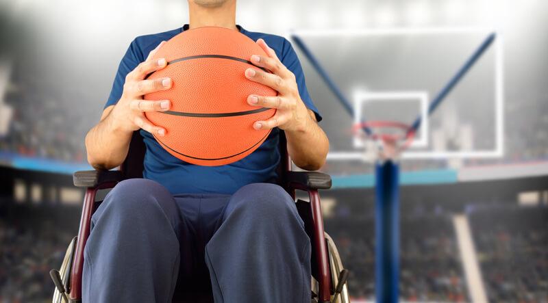 Das Rollstuhlbasketballspiel eignet sich für Menschen mit und ohne Gehbehinderung und ähnelt dem herkömmlichen Basketball sehr stark
