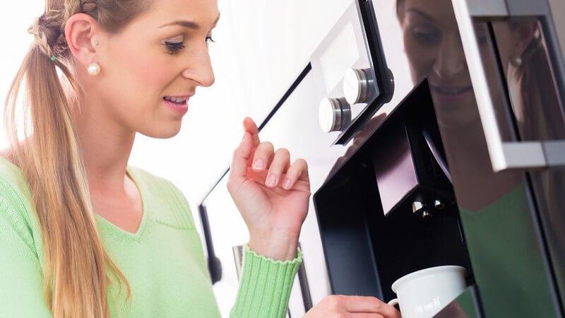 Um die Maschine zu entkalken, ist das Durchspülen mit einer Essiglösung sinnvoll