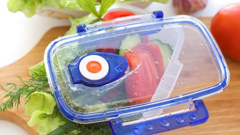Durch bestimmte Lebensmittel wie z.B. Tomaten oder Paprika, aber auch durch die Befüllung mit warmen Speisen kann es zu Verfärbungen auf den Frischhaltedosen kommen