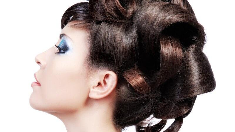 Verschiedene Arten von Klammern und Spangen für edle Anlässe und zum Bändigen von widerspenstigem Haar