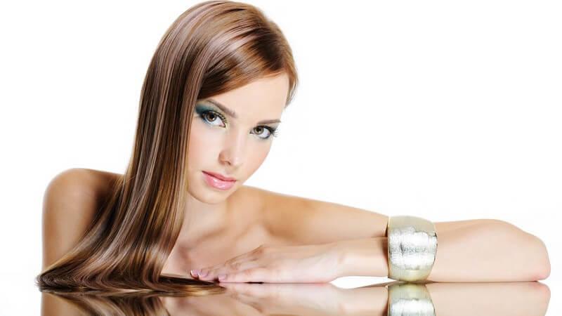 Wir stellen die besten Haarglättungs-Produkte und Möglichkeiten, die Haare zu glätten, vor
