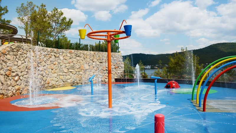 Wasserspielplatz mit verschiedenen Geräten