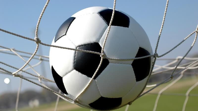 Wer Fußball spielen möchte, sollte sich mit den Regeln, Punkten, dem Spielfeld und der Mannschaftsaufstellung vertraut machen