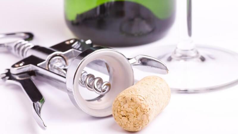 Das Angebot an Korkenziehern ist mittlerweile sehr groß - doch auch, wenn man mal keinen zur Hand hat, kann man den Korken aus der Flasche bekommen
