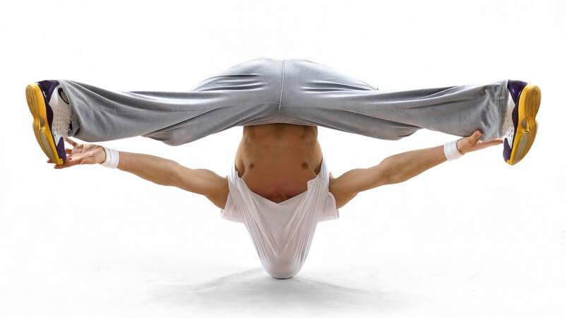 Beim Breakdance sind mitunter Tanzelemente des HipHop zu erkennen; dabei kommen verschiedene Tricks und Figuren zur Anwendung