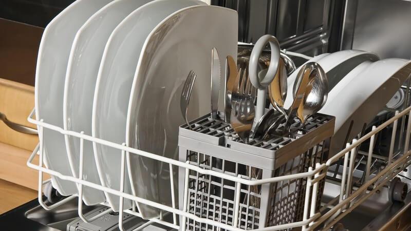 Unangenehme Gerüche in der Spülmaschine lassen sich mit unterschiedlichen Mitteln und Tricks bekämpfen - und wer sich an ein paar Punkte hält, kann sie auch verhindern