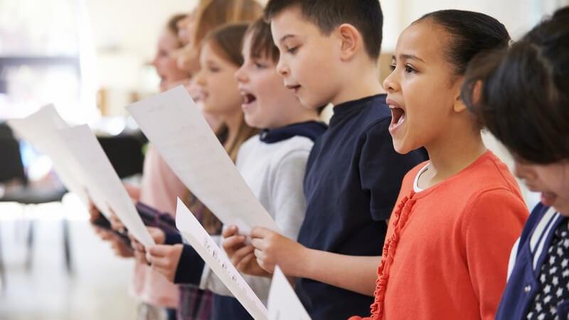 Wer singt, fühlt sich wohler; dieses Wohlbefinden tut wiederum der Gesundheit gut - Wir geben einen Überblick über die Vorzüge des Singens
