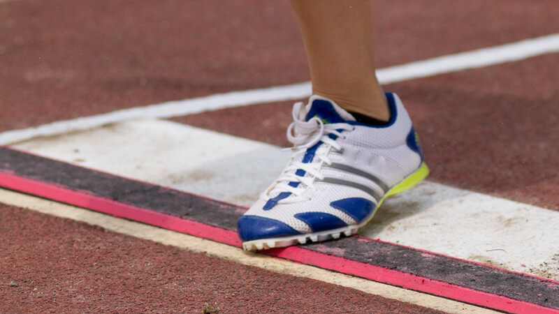 Definierte Regeln gibt es beim Weitsprung bezüglich der Anzahl der Sprungversuche sowie des Anlaufs und Absprungs