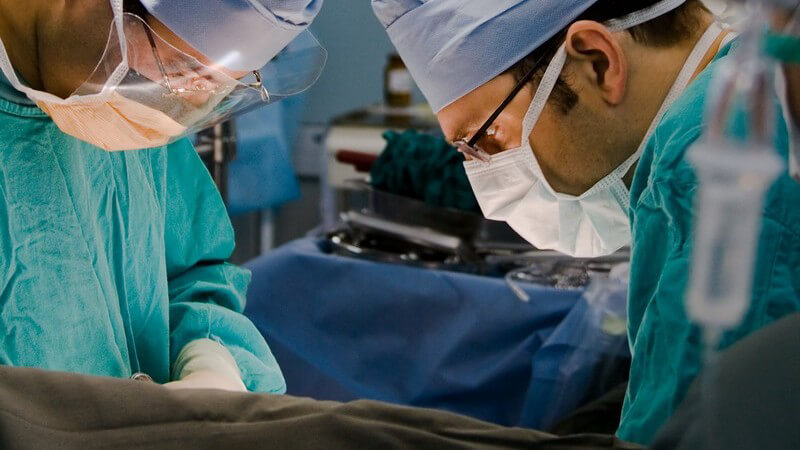 Zur Behebung muss eine Gallengangsoperation durchgeführt werden