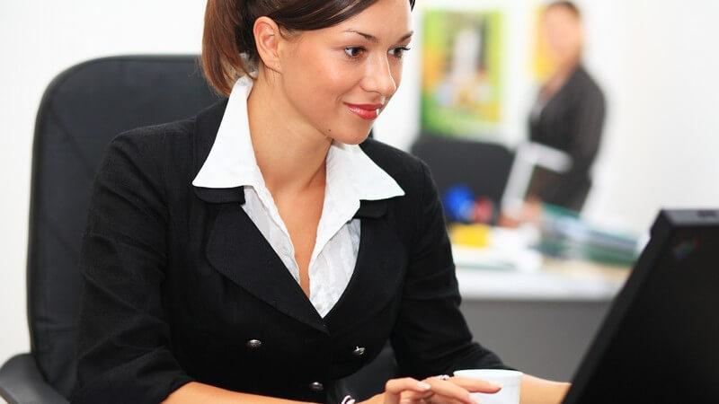 Wir geben Tipps in Sachen Styling und stilvolle Accessoires für das Büro - Wichtig ist auch, die No-Gos im Bürooutfit zu kennen