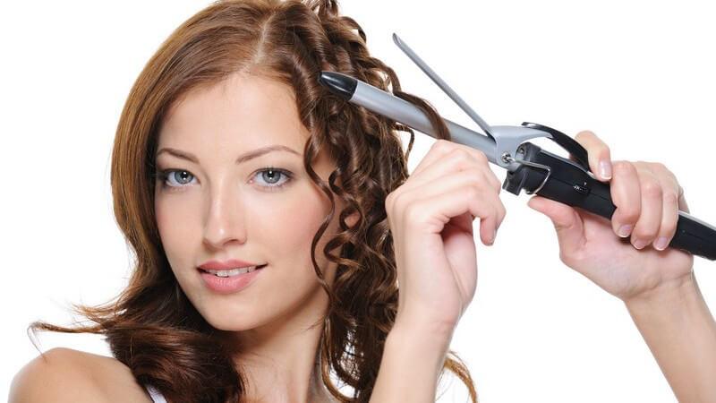Wir geben Tipps, wie Sie mit dem Lockenstab, mit Schaumfestiger und Lockenwickler oder auch mit Papilotten tolle Locken ins Haar zaubern