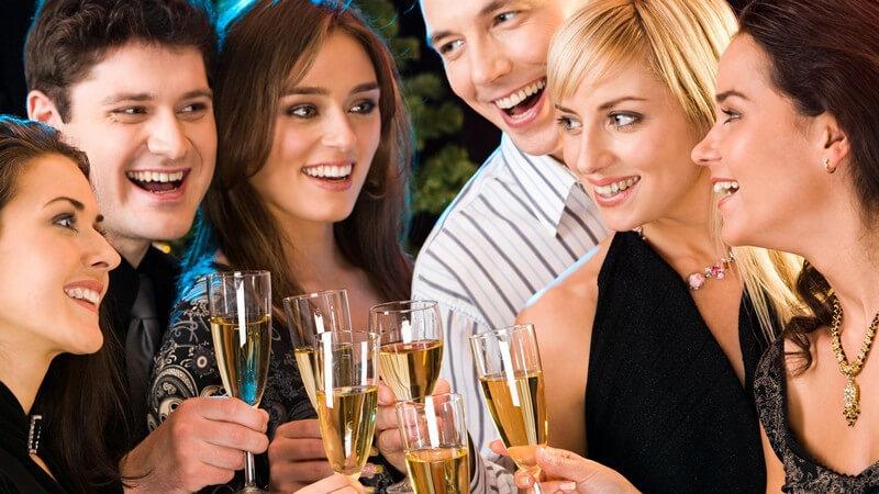 Betriebsfeiern zur Weihnachtszeit können sowohl in der Firma als auch außerhalb veranstaltet werden - wir zeigen, worauf es ankommt