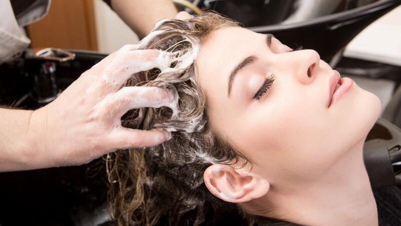 Wir erklären, was eine Spülung von einer Haarkur unterscheidet