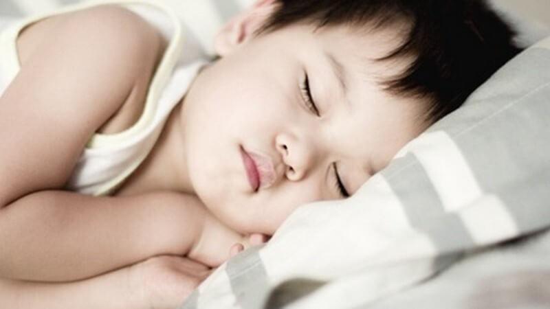 Meist macht der Verlauf der Kleinkindakne eine ärztliche Behandlung notwendig