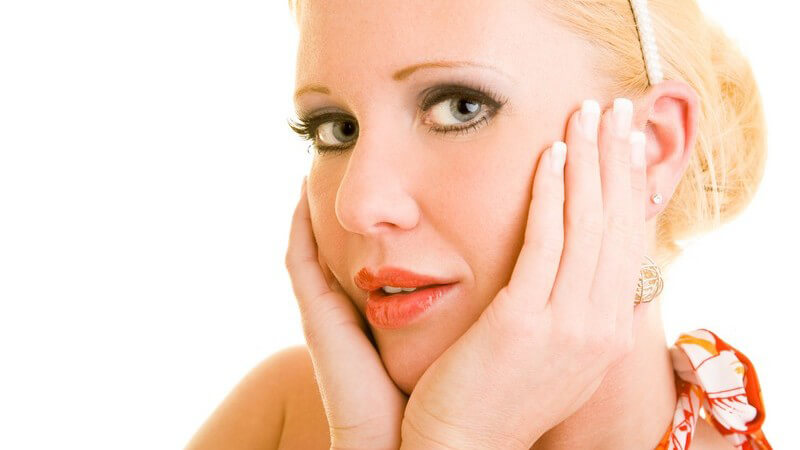 Man vermutet, dass hormonelle Schwankungen der Hauptgrund für die Spätakne sind